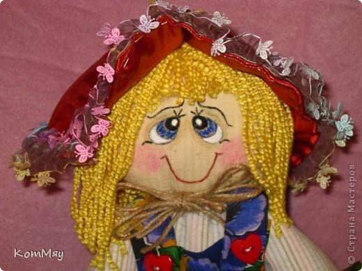 """Друзья, расскажу-ка я вам сказку...  Однажды мастерица из СМ Светлана Тычкова сшила очень красивую куклу и рассказала всем, что выкройка этой куклы есть журнале """"Лена"""" за июль. Побежала я сразу в журнальный киоск и купила этот журнал. Перерисовала выкройку и давай шить куклу. А когда она пошилась, то оказалось, что это не просто кукла - а Красная Шапочка. Вы все же знаете эту сказку?! Так вот, пошилась у меня Красная Шапочка... А назвала я её так потому, что шляпка её была сшита из шикарной красной парчи, которую прислала мне в подарок Таня Скорпиончик (из Карачаево-Черкессии). И вообще моя Красная Шапочка получилась практически интернациональной - одевали её мы всей страной... фото 7"""