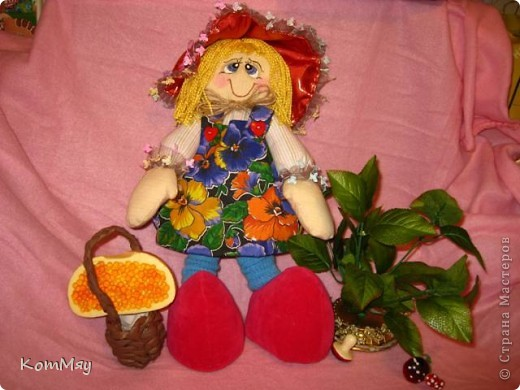 """Друзья, расскажу-ка я вам сказку...  Однажды мастерица из СМ Светлана Тычкова сшила очень красивую куклу и рассказала всем, что выкройка этой куклы есть журнале """"Лена"""" за июль. Побежала я сразу в журнальный киоск и купила этот журнал. Перерисовала выкройку и давай шить куклу. А когда она пошилась, то оказалось, что это не просто кукла - а Красная Шапочка. Вы все же знаете эту сказку?! Так вот, пошилась у меня Красная Шапочка... А назвала я её так потому, что шляпка её была сшита из шикарной красной парчи, которую прислала мне в подарок Таня Скорпиончик (из Карачаево-Черкессии). И вообще моя Красная Шапочка получилась практически интернациональной - одевали её мы всей страной... фото 10"""