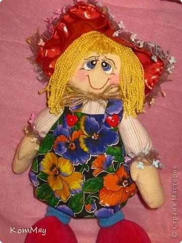 """Друзья, расскажу-ка я вам сказку...  Однажды мастерица из СМ Светлана Тычкова сшила очень красивую куклу и рассказала всем, что выкройка этой куклы есть журнале """"Лена"""" за июль. Побежала я сразу в журнальный киоск и купила этот журнал. Перерисовала выкройку и давай шить куклу. А когда она пошилась, то оказалось, что это не просто кукла - а Красная Шапочка. Вы все же знаете эту сказку?! Так вот, пошилась у меня Красная Шапочка... А назвала я её так потому, что шляпка её была сшита из шикарной красной парчи, которую прислала мне в подарок Таня Скорпиончик (из Карачаево-Черкессии). И вообще моя Красная Шапочка получилась практически интернациональной - одевали её мы всей страной... фото 12"""