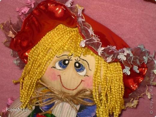 """Друзья, расскажу-ка я вам сказку...  Однажды мастерица из СМ Светлана Тычкова сшила очень красивую куклу и рассказала всем, что выкройка этой куклы есть журнале """"Лена"""" за июль. Побежала я сразу в журнальный киоск и купила этот журнал. Перерисовала выкройку и давай шить куклу. А когда она пошилась, то оказалось, что это не просто кукла - а Красная Шапочка. Вы все же знаете эту сказку?! Так вот, пошилась у меня Красная Шапочка... А назвала я её так потому, что шляпка её была сшита из шикарной красной парчи, которую прислала мне в подарок Таня Скорпиончик (из Карачаево-Черкессии). И вообще моя Красная Шапочка получилась практически интернациональной - одевали её мы всей страной... фото 13"""