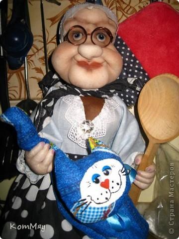 """Друзья, расскажу-ка я вам сказку...  Однажды мастерица из СМ Светлана Тычкова сшила очень красивую куклу и рассказала всем, что выкройка этой куклы есть журнале """"Лена"""" за июль. Побежала я сразу в журнальный киоск и купила этот журнал. Перерисовала выкройку и давай шить куклу. А когда она пошилась, то оказалось, что это не просто кукла - а Красная Шапочка. Вы все же знаете эту сказку?! Так вот, пошилась у меня Красная Шапочка... А назвала я её так потому, что шляпка её была сшита из шикарной красной парчи, которую прислала мне в подарок Таня Скорпиончик (из Карачаево-Черкессии). И вообще моя Красная Шапочка получилась практически интернациональной - одевали её мы всей страной... фото 9"""