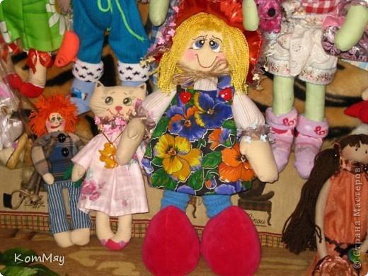 """Друзья, расскажу-ка я вам сказку...  Однажды мастерица из СМ Светлана Тычкова сшила очень красивую куклу и рассказала всем, что выкройка этой куклы есть журнале """"Лена"""" за июль. Побежала я сразу в журнальный киоск и купила этот журнал. Перерисовала выкройку и давай шить куклу. А когда она пошилась, то оказалось, что это не просто кукла - а Красная Шапочка. Вы все же знаете эту сказку?! Так вот, пошилась у меня Красная Шапочка... А назвала я её так потому, что шляпка её была сшита из шикарной красной парчи, которую прислала мне в подарок Таня Скорпиончик (из Карачаево-Черкессии). И вообще моя Красная Шапочка получилась практически интернациональной - одевали её мы всей страной... фото 14"""