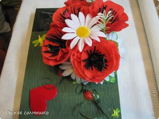 Мини-букетик из маков и ромашек на коробке конфет фото 1
