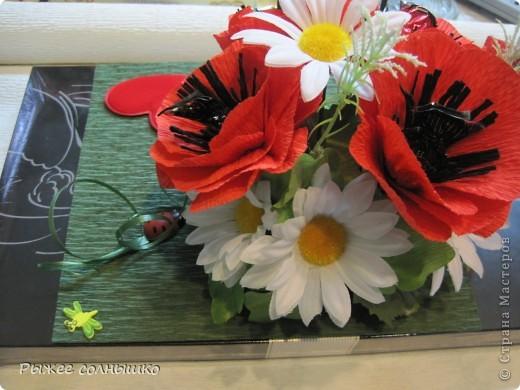 Мини-букетик из маков и ромашек на коробке конфет фото 4
