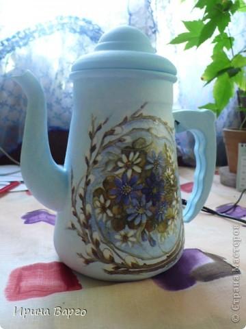 """Был некогда алюминиевый кофейник. Крышка по сути тут лишняя, так как скорее всего его можно будет использовать как вазу. Собственно, ничего особенного. Грунт """"сонет""""+ПВА+белила=грунт. Салфетка, подрисовка, растушевывала (но фото почти не видно) пальцем."""