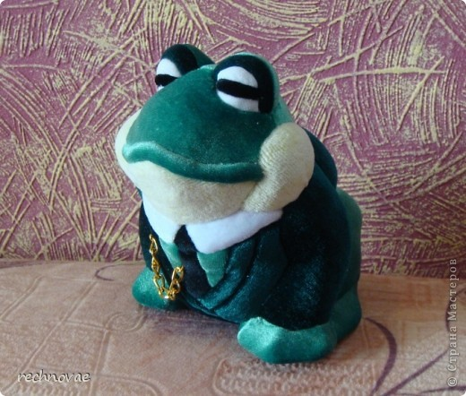"""Давным-давно купила я заготовку вот такой лягушенции (ну или жабы)... Долго она у меня лежала, пылилась... И вот один знакомый летчик сказал мне: """"ну какая из нее лягушка путешественница или царевна-лягушка? Этому больше подойдет пиджак и галстук...""""  фото 1"""