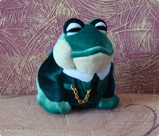 """Давным-давно купила я заготовку вот такой лягушенции (ну или жабы)... Долго она у меня лежала, пылилась... И вот один знакомый летчик сказал мне: """"ну какая из нее лягушка путешественница или царевна-лягушка? Этому больше подойдет пиджак и галстук...""""  фото 2"""