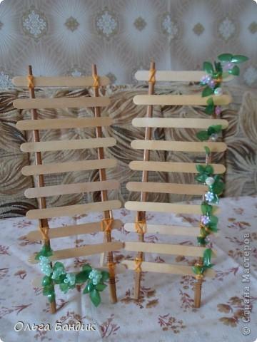 Сделала вот такую подставочку для сережек из палочек для суши и палочек от мороженого. И слегка их преукрасила листочками из пластиковых бутылок. фото 1