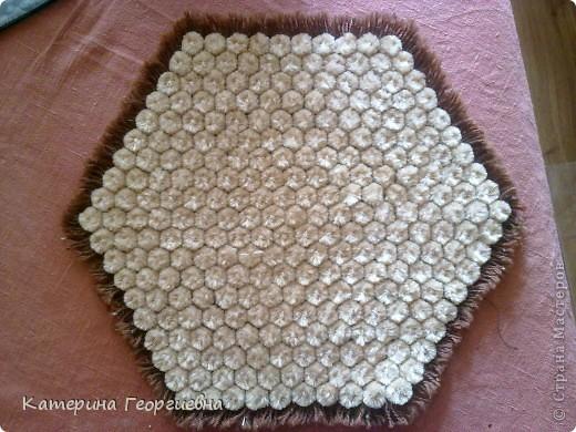 Вот такая салфетка у меня получилась при помощи шестигранной рамки и пряжи 2-х цветов,а из остаточков я сделала помпоны из которых и получился озорной медвежонок!) фото 2