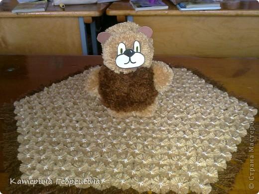 Вот такая салфетка у меня получилась при помощи шестигранной рамки и пряжи 2-х цветов,а из остаточков я сделала помпоны из которых и получился озорной медвежонок!) фото 1