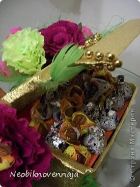 """Sila ljubvi"", imenno tak nazivaetsja kniga, kotoruju ja podarila prijateljnice na denj rozhdenija. No, t.k. ja ljublju iz podarka delatj sjurpriz, pridumala takoe neobichnoe oformelenie - korobochka-xraniteljnica knigi,a zaodno i konfetok, nu i cveti, businki.... фото 13"