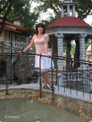 Никогда в моём гардеробе не было белых вещей кроме блузок,худышкой никогда не была и поэтому почему то не решалась я одевать например белые брюки, или платья, или юбки,и даже незнаю почему я согласилась пошить себе эту вещь,только наверное потому что мужу очень понравилось и он меня убедил сшить эту белую нежность(если можно так сказать),сама я ещё не могу привыкнуть к этой юбке,но мужу очень нравится когда я её одеваю,вот собственно и она фото 1