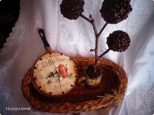 очень мне нравились часы на сковородке, которые делают наши мастера, вот получились такие кофейные часики и к ним деревце фото 1