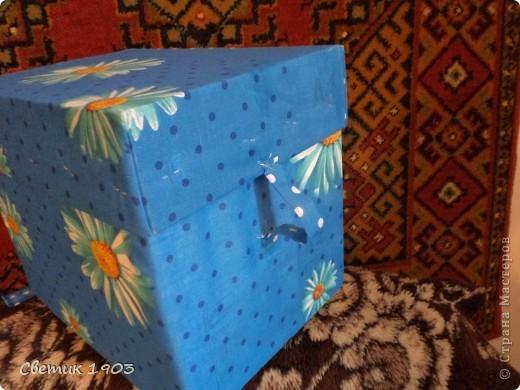 """Потребовалась коробочка уложить салфетки аккуратно. На глаза попалась коробка от бумаги """"Снегурочка"""", решила приспособить ее. Сшила тесемочки, пришила их к  середине ткани. Клеить ткань к коробке в данный момент не могу ( в наличии 1,5 руки), прошлась степлером. Теперь салфетки в надежном месте. Но нужно было еще пришить ручку на верх коробки, было бы удобнее. Пришла идея, что пластмассовую ручку можно приспособить от коробки, в которых продают электротовары.  фото 3"""