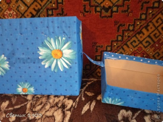 """Потребовалась коробочка уложить салфетки аккуратно. На глаза попалась коробка от бумаги """"Снегурочка"""", решила приспособить ее. Сшила тесемочки, пришила их к  середине ткани. Клеить ткань к коробке в данный момент не могу ( в наличии 1,5 руки), прошлась степлером. Теперь салфетки в надежном месте. Но нужно было еще пришить ручку на верх коробки, было бы удобнее. Пришла идея, что пластмассовую ручку можно приспособить от коробки, в которых продают электротовары.  фото 4"""