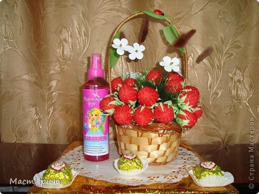 """Доброго врени суток всем, кто заглянул!!! Выставляю еще один букетик из конфет """"клубнички"""".))) Этот был изготовлен в подарок на день рождения девочке.))) фото 2"""