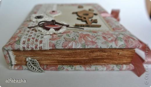 Блокнотик сделала в подарок племяшке на выпускной. Обложка из льна, льняная тесьма, вязаные цветочки и сердечко. фото 2