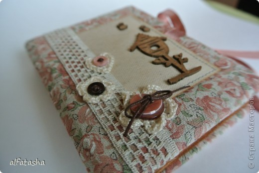 Блокнотик сделала в подарок племяшке на выпускной. Обложка из льна, льняная тесьма, вязаные цветочки и сердечко. фото 3