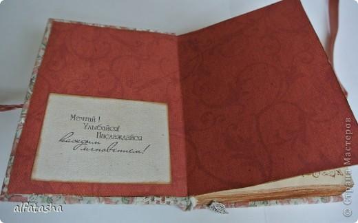 Блокнотик сделала в подарок племяшке на выпускной. Обложка из льна, льняная тесьма, вязаные цветочки и сердечко. фото 5