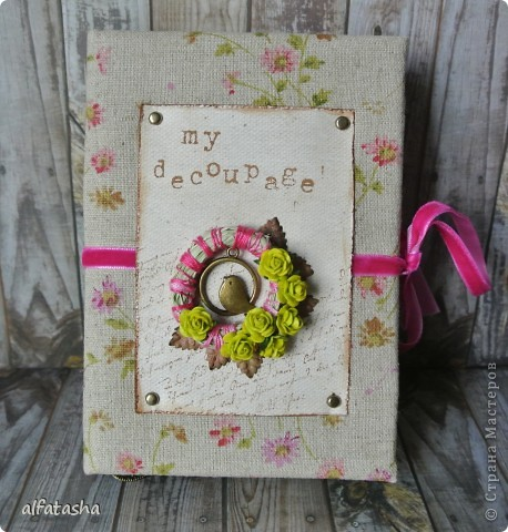 Блокнотик сделала в подарок племяшке на выпускной. Обложка из льна, льняная тесьма, вязаные цветочки и сердечко. фото 7