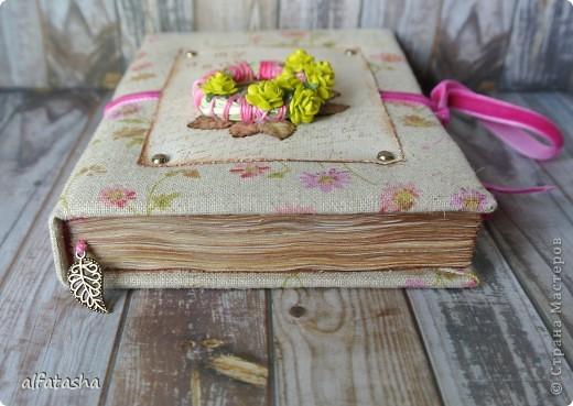 Блокнотик сделала в подарок племяшке на выпускной. Обложка из льна, льняная тесьма, вязаные цветочки и сердечко. фото 8
