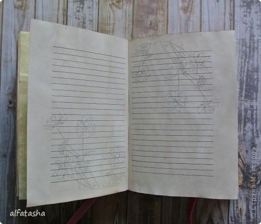 Блокнотик сделала в подарок племяшке на выпускной. Обложка из льна, льняная тесьма, вязаные цветочки и сердечко. фото 10