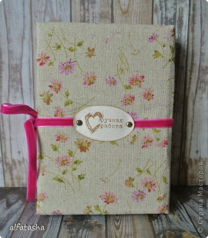 Блокнотик сделала в подарок племяшке на выпускной. Обложка из льна, льняная тесьма, вязаные цветочки и сердечко. фото 11