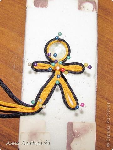 Попросили МК к человечкам и я попыталась сделать его небольшим и понятным) Нам понадобится подложка для работы на ней (из потолочных плиток), иголочки с наболдашничками, шнуры желтого и черного цветов, камушек с желтым оттенком, и пуговичка любая) у меня уточка (для чего она нужна расскажу чуть позже). фото 5