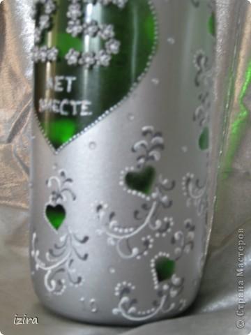 У нас с мужем сегодня юбилей, вот решила сделать такую подарочную бутылку. Очень долго любовалась великолепными работами в Стране Мастеров, и вот решилась. Для цифр из холодного фарфора налепила цветочков, навырезала трафареты-сердечки, купила контуры и началась работа. фото 3