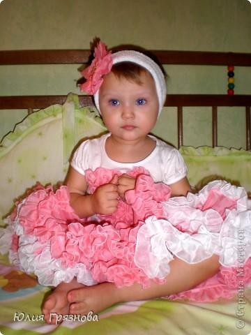 Вот такую юбку-американку попробовала я сшить дочери на 2 годика! Но шила не из фатина, а из капрона, получилось очень пышненько и красиво, один минус, капрон сильно сыпется, я замучилась обрабатывать края (тем более оверлога у меня нет) фото 3