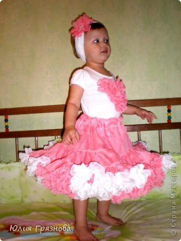 Вот такую юбку-американку попробовала я сшить дочери на 2 годика! Но шила не из фатина, а из капрона, получилось очень пышненько и красиво, один минус, капрон сильно сыпется, я замучилась обрабатывать края (тем более оверлога у меня нет) фото 4