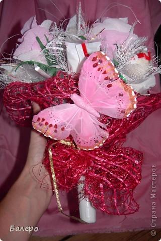 Всем приветик! пригласили на свадьбу друзья!  не хочу дарить банальный букет из цветов,у нас жара не выносимая,и цветы живые не успею подарить как завянут, вот голову пришла идея, сделать  сладкий букетик, шоколад тоже не лучший выход ,он вроде сильно не растаял )))) я думаю что невесте понравится моя идейка, сладкого подарка ))) .  фото 1
