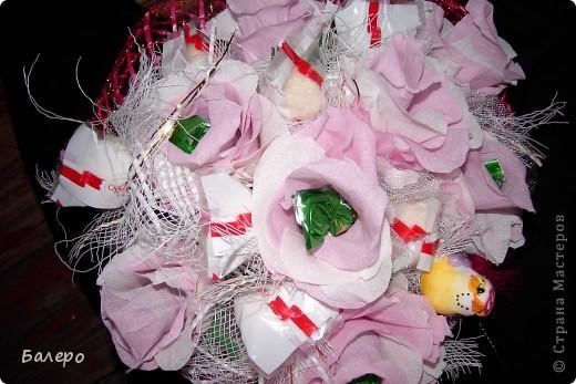 Всем приветик! пригласили на свадьбу друзья!  не хочу дарить банальный букет из цветов,у нас жара не выносимая,и цветы живые не успею подарить как завянут, вот голову пришла идея, сделать  сладкий букетик, шоколад тоже не лучший выход ,он вроде сильно не растаял )))) я думаю что невесте понравится моя идейка, сладкого подарка ))) .  фото 4