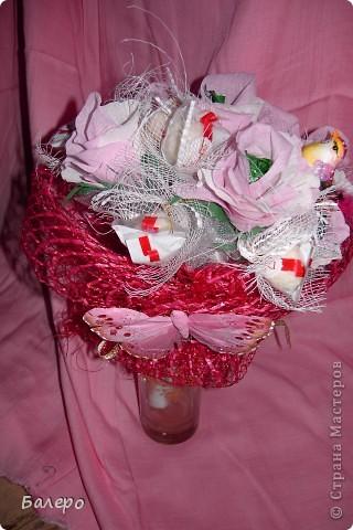 Всем приветик! пригласили на свадьбу друзья!  не хочу дарить банальный букет из цветов,у нас жара не выносимая,и цветы живые не успею подарить как завянут, вот голову пришла идея, сделать  сладкий букетик, шоколад тоже не лучший выход ,он вроде сильно не растаял )))) я думаю что невесте понравится моя идейка, сладкого подарка ))) .  фото 3
