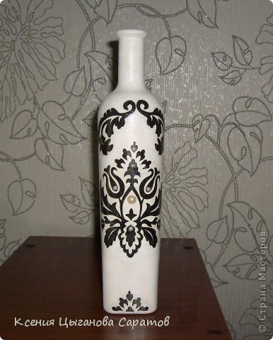 Такая вазочка для лилий у меня получилась. Специально выбирала бутыль с узким горлышком, чтобы веточка с лилиями хорошо и ровно стояла фото 1