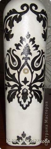 Такая вазочка для лилий у меня получилась. Специально выбирала бутыль с узким горлышком, чтобы веточка с лилиями хорошо и ровно стояла фото 2