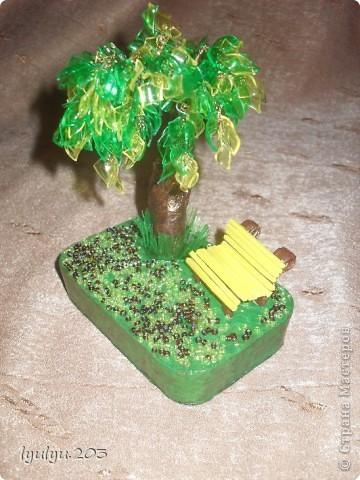 """Попросила меня мамина подруга что-нибудь сделать из пластиковой бутылки и бутылочку принесла желтенькую, """"под цвет кухни"""" говорит. Долго я бродила по СМ в поисках идеи и нашла очень симпатичное дерево http://stranamasterov.ru/node/69408?c=favorite. Решила смастерить что-то похожее, да простит меня Zeny. Правда, к желтой бутылочке добавила зеленую... фото 1"""