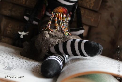 Знакомьтесь. Это - Лёля. Она любопытная девочка-зебра, которая обожает читать. Лёля уже взрослая, но все равно очень любит сказки.  А еще Лёля любит путешествовать. фото 3