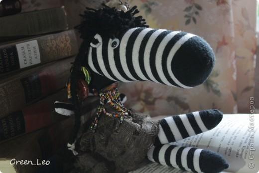 Знакомьтесь. Это - Лёля. Она любопытная девочка-зебра, которая обожает читать. Лёля уже взрослая, но все равно очень любит сказки.  А еще Лёля любит путешествовать. фото 2