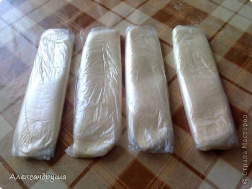 Сливочное масло я делаю из домашнего молока. Разливаю в 3-х литровые банки молоко. Ставлю в холодильник и через сутки снимаю сливки маленьким половничком. Сливки должны прокиснуть. Сутки, а то и двое сливки стоят в тепле. Прокисшие сливки сливаю в банку, закупориваю плотной полиэтиленовой крышкой и начинаю трясти банку. Конечно, это делает муж. Заодно и телевизор посмотрит. В течение получаса (15-25 мин.)  масло взбилось. Этот процесс я не стала фотографировать. На фото расфасованное масло. фото 1