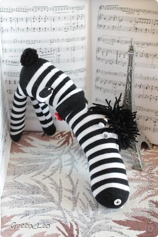 Знакомьтесь - Себастьян. Это зебра-аристократ. Он умеет играть на скрипке и отлично говорит по-французски. Но главная страсть Себастьяна - танцы. фото 2