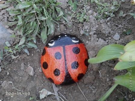 Кроме декупажа http://stranamasterov.ru/node/398848, попробовала камушки облагородить. Получились вот такие букашки  фото 2