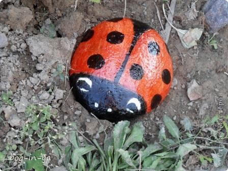 Кроме декупажа http://stranamasterov.ru/node/398848, попробовала камушки облагородить. Получились вот такие букашки  фото 1