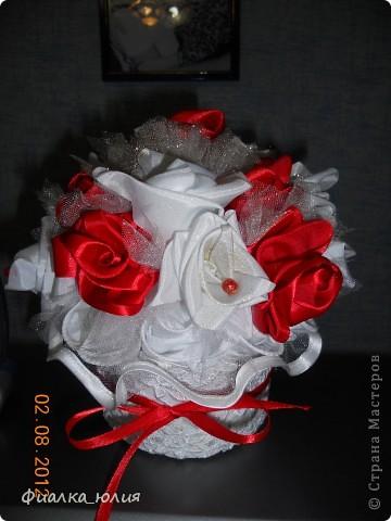 Это мой дебют роз из лент и атласа. Так что как говорится с пылу, с жару в подарок. фото 3