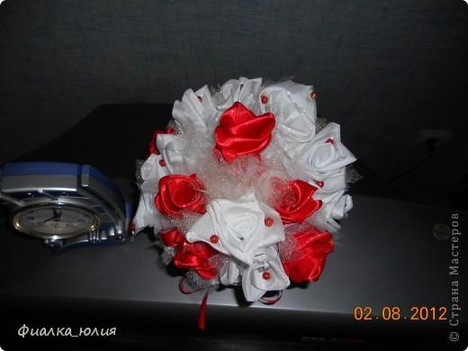 Это мой дебют роз из лент и атласа. Так что как говорится с пылу, с жару в подарок. фото 4