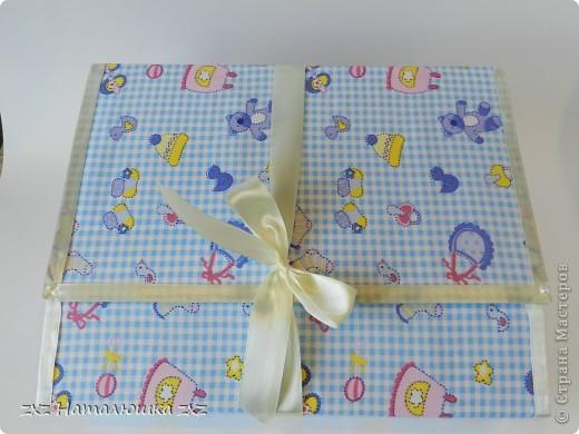 Здравствуйте!!Это опять я)))Сегодня с альбомчиком для новорождённого)Опробовала мягкую обложку(накосячила немного)))) Это коробка для альбома,купила в канцтоварах архивную коробку картонную и обтянула тканью... фото 1
