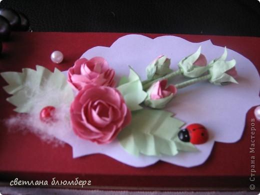 Нашла дома коробочку (белая) и решила ее немного украсить. Вот что у меня получилось. Основа готовая корбка, материал бумага цвет- малиновый, роза сделаны по МК http://astoriaflowers.blogspot.de/2012/01/blog-post_7452.html#more 9 очень мне нравиться их делать), стебельроз использовала зубочистки, обклееные бумагой, бусинки, малиновая бусинка приклеела на пух ( нашла кусочек от куртки). Плохо видно на фото, но я думаю, что придает немного воздушности. Застежки имитировала с помошью половинки бусинки + кружево. фото 2