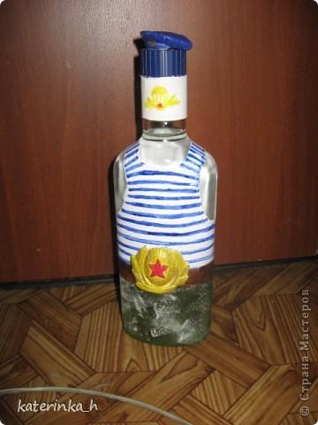Делала на день ВДВ. Бутылка сделана на скорую руку в подарок коллеге. Это полная бутылка водки, эмблема и берет слеплены из глины  фото 1