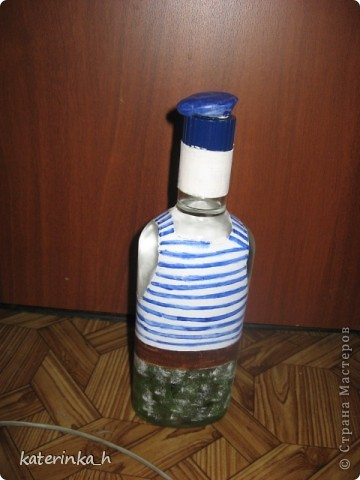 Делала на день ВДВ. Бутылка сделана на скорую руку в подарок коллеге. Это полная бутылка водки, эмблема и берет слеплены из глины  фото 2
