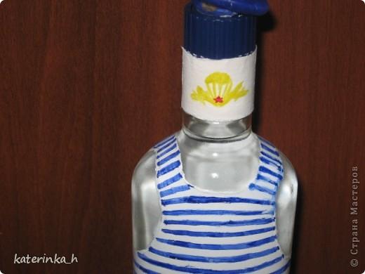 Делала на день ВДВ. Бутылка сделана на скорую руку в подарок коллеге. Это полная бутылка водки, эмблема и берет слеплены из глины  фото 3